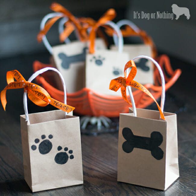 Want to include your dog and their furry friends in the Halloween festivities? Try these simple DIY Trick or Treat bags for dogs.